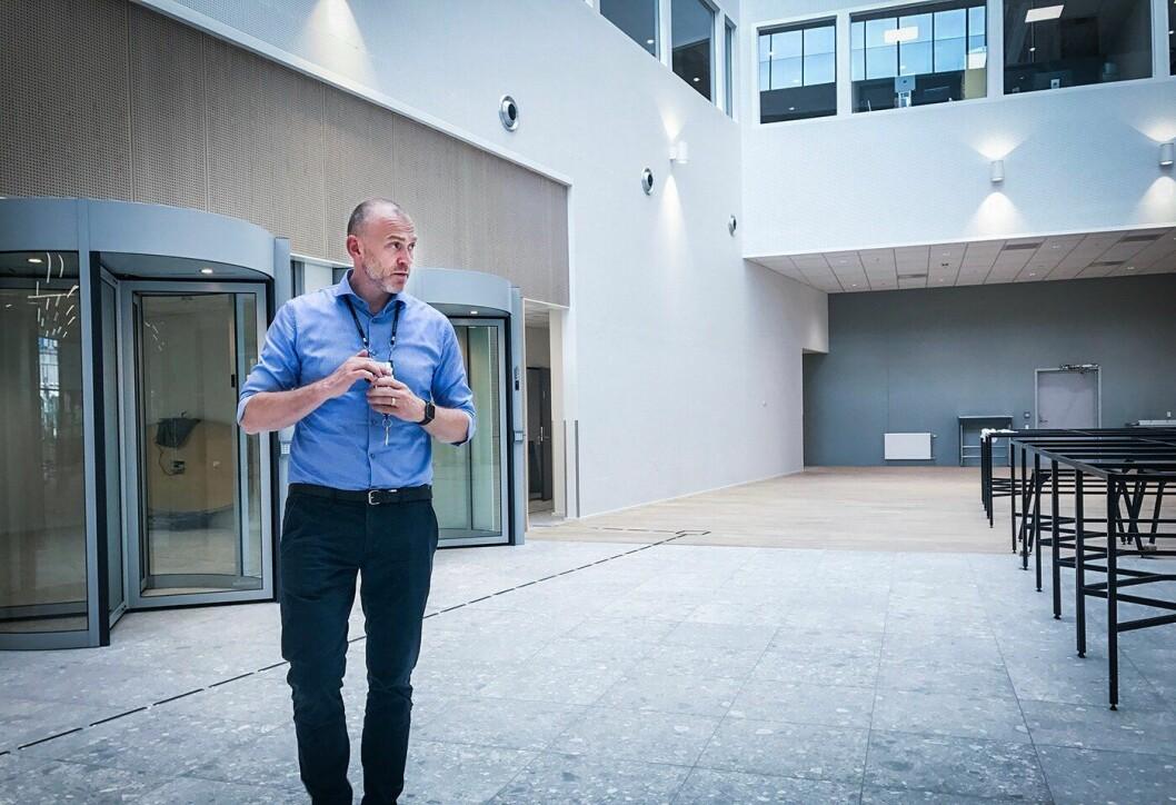 Håvard Aalmo ser seg rundt i et nytt Kripos-bygg på Brynseng i Oslo. Her sitter politiets ressurser på datateknologi tettere enn før.