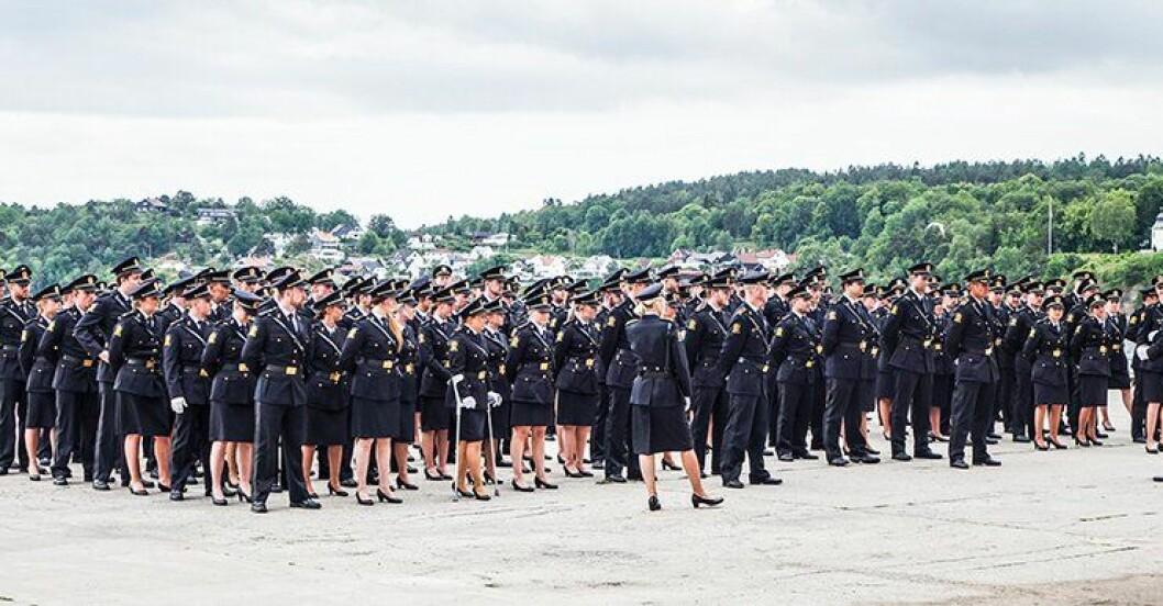 Studentene i Stavern under oppstilling torsdag. Nå er de politifolk, de også.