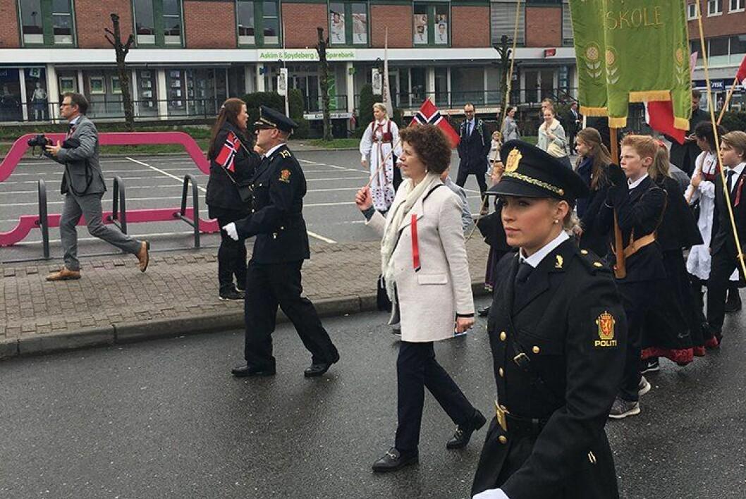 SAMMEN: Politioverbetjent Petter Krystad var stolt som en hane da han gikk først i 17. mai-toget i Ski sammen med datteren, politistudent Julie.