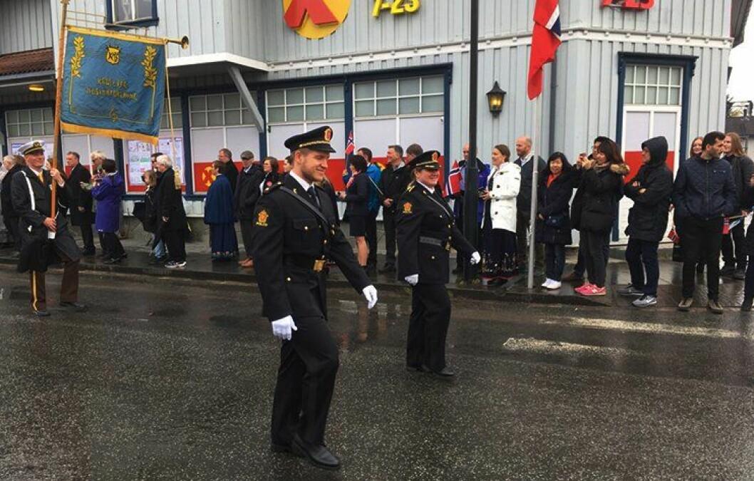 HØYTIDELIG: I T1-uniform gikk mor og sønn sammen, politioverbetjent Mariann Heimlund og politistudent Michael Heimlund (25), i 17.mai-toget i Kabelvåg i Vågan kommune.