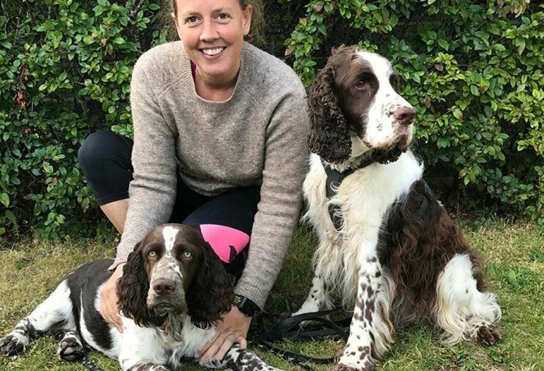 SOMMERFERIE: Nyansatte Henriette Thiis-Evensen tar seg fri i to uker i august. –  Det hadde blitt fjerde året uten ferie og det har blitt ganske mye jobbing i det siste, så jeg gleder meg veldig til å ha fri og reise bort, sier hun. Derfor blir det blant annet hyttetur sammen med hundene Lucas og Lycke.