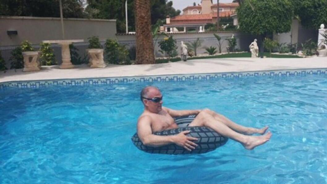 SOMMERMODUS: Bjørn Sigmund Rolland har en hektisk hverdag som hundrefører i Vest politidistrikt. Her nyter han ferien i Spania.