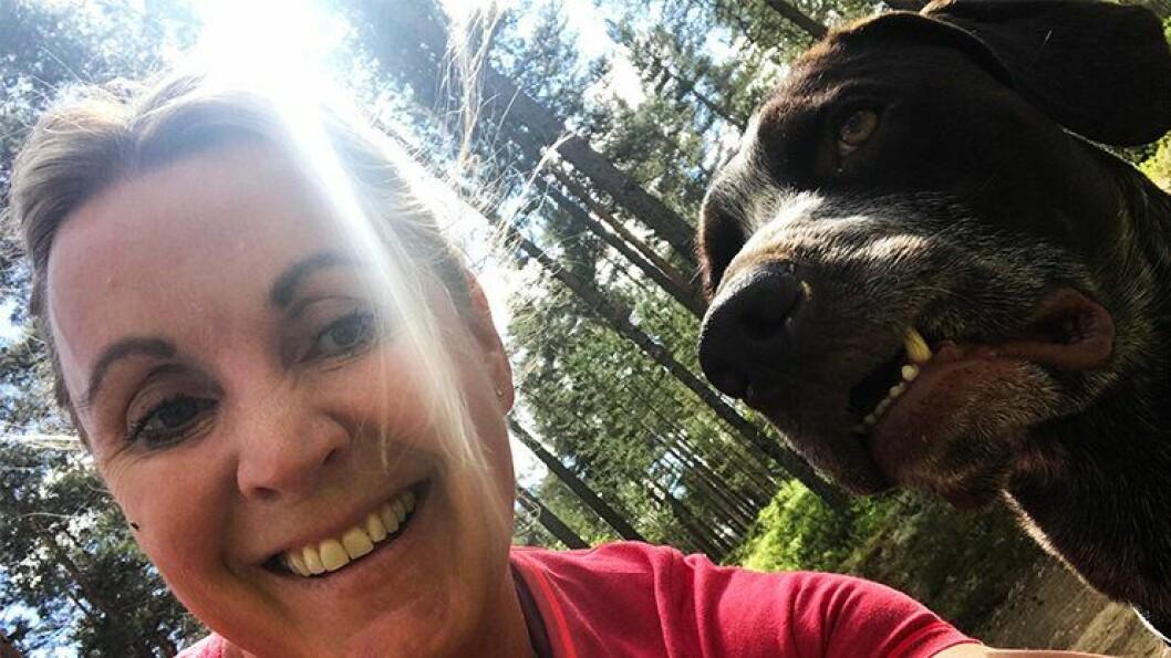 PÅ TUR: Ingrid Eidstumo sammen med hunden Carlsen på tur, og det blir det mer av i løpet av sommeren.