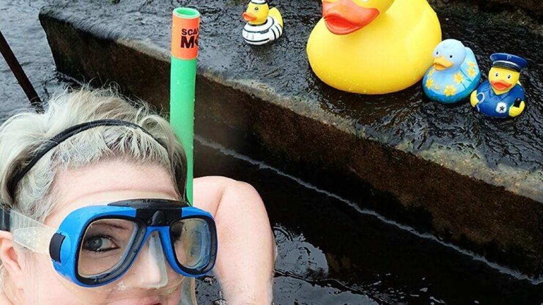 BADING: Line Skjengen oppfordrer til mye bading i sommer.