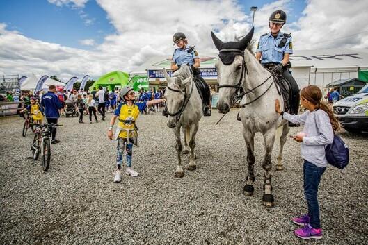 HEST ER BEST: Ungene vil gjerne hilse på politiets hester, som minner om Pippi Langstrømpes prikkete hest Lilla Gubben.