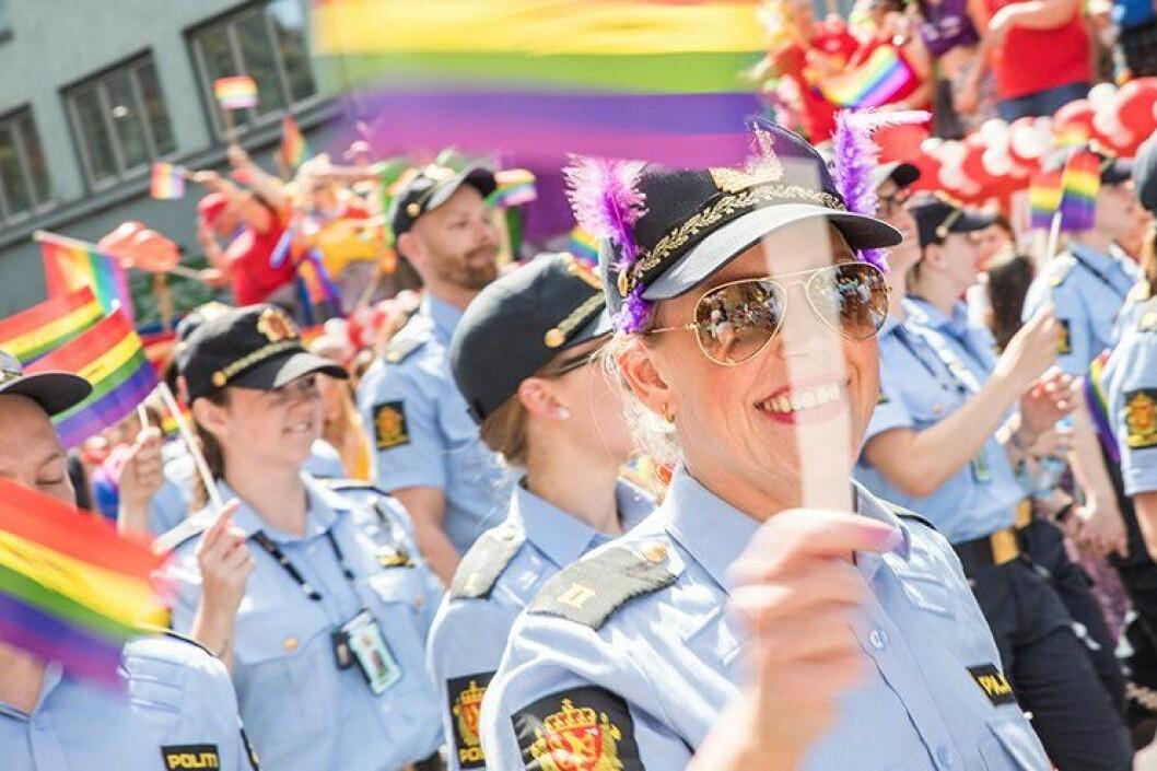FORBUD I AGDER: Her går en rekke politiansatte i Pride-paraden i Oslo i sommer. Mens i Skeive Sørlandsdager-paraden i Kristiansand nå i ettermiddag forbys ansatte i Agder politidistrikt å delta i uniform. ARKIVFOTO