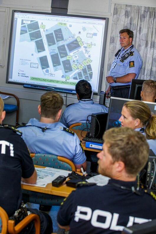 DE SISTE INSTRUKSENE: Mannskapene får de siste instruksene på Manglerud politistasjon før Norway Cup braker løs.