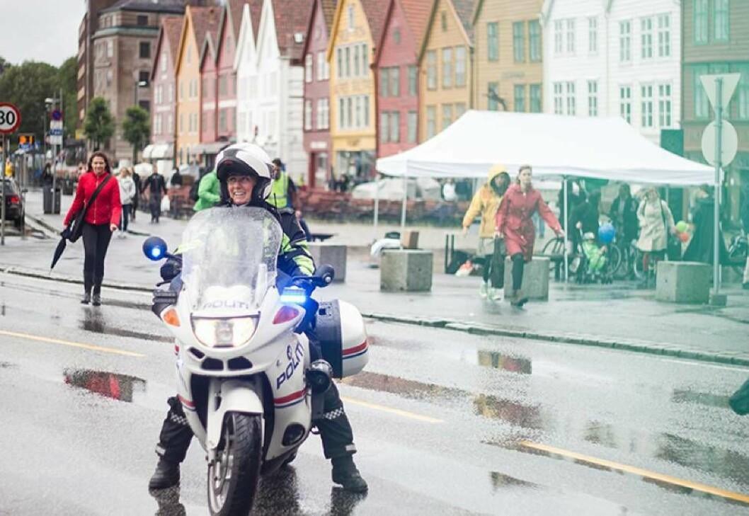 BEREDSKAP: På grunn av mange tilreisende må sikkerheten og beredskapen økes. Politidistriktene og UP er derfor bedt om å avgi opp mot 1.000 tjenestemenn, mange med helt spesielle kvalifikasjoner. Her er trafikkpoliti på Bryggen i Bergen.