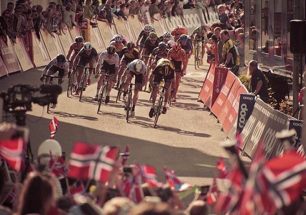 FOLKEFEST: Det kan bli norsk folkefest når verdens beste syklister kommer til Bergen lørdag 16. september. Få dager før det braker løs er det fortsatt stor uenighet mellom Politiets Fellesforbund og Politidirektoratet om arbeidslister. Her fra Tour de fjords tidligere i år.