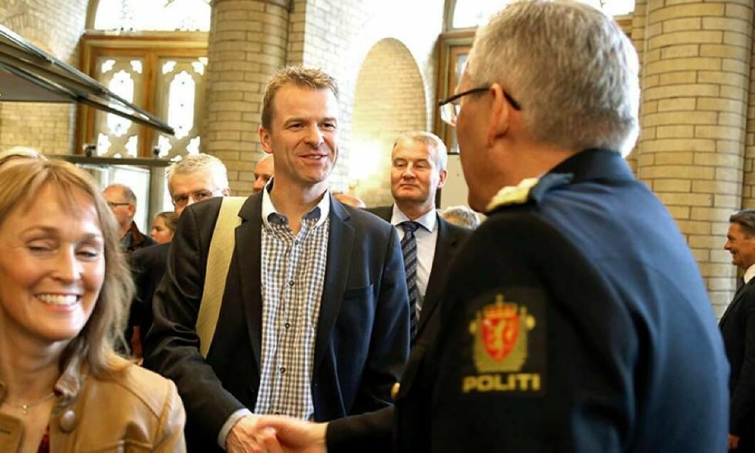 KREVER HANDLING: PF-leder Sigve Bolstad krever handling fra politikerne etter valget. Her møter han politidirektør Odd Reidar Humlegård.