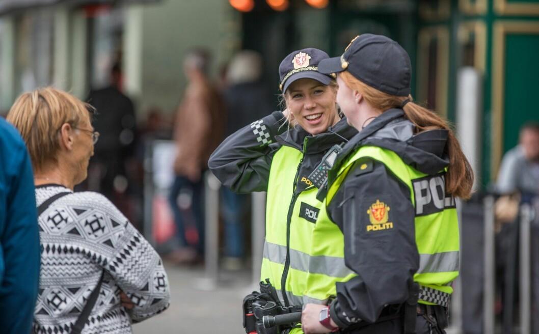 To av mange politiansatte på jobb i Bergen. Det er lagt mye energi i å skape et godt velferdstilbud for de tilreisende.