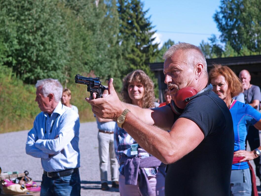 TREFFSIKKER: Både Seniorkonferansen og Geir Brun treffer godt. Her demonstrerer Brun riktig sikteteknikk med revolveren.