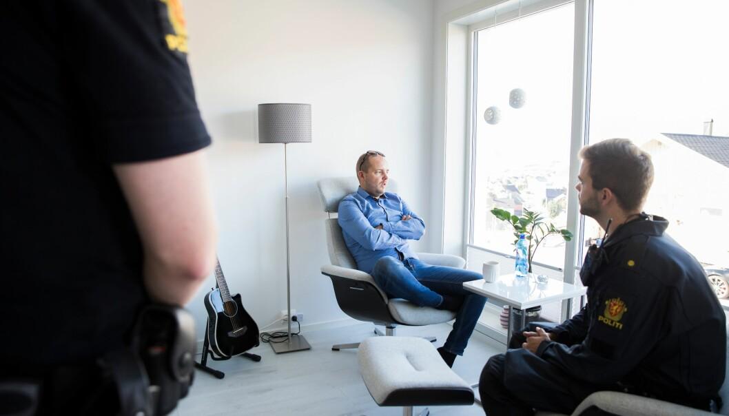 Før avreise til Kirkenes, får Asgeir et kort besøk av bror og politikollega Alexander Aule hjemme i stua. Han forlater venner, familie og huset i lange perioder, når han reiser på jobb.