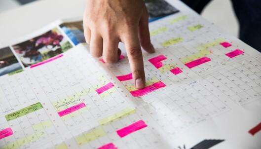 Kalenderen på kjøkkenet til Asgeir og samboeren, viser detaljert oversikt over arbeid og langfriperioder.