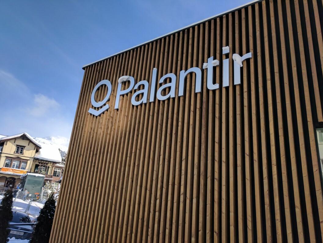 TIL EUROPA: Palantir er et enormt dataselskap fra Silicon Valley i USA. Det har spesialisert seg i å levere analyseverktøy til forsvar og politimyndigheter. Her under en utstilling i Davos i Sveits, men selskapet etablerte seg i Norge i vår.