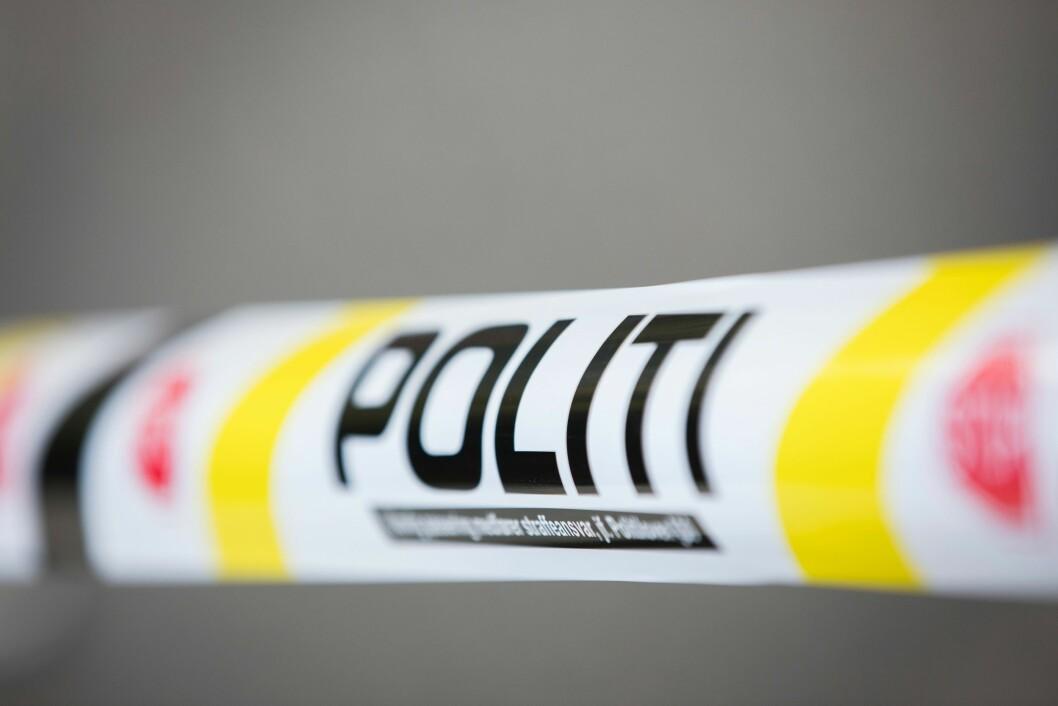 POLITI: – Ulovlig passering medfører straffeansvar, jf. Politiloven §30, står det på sperrebåndene. Som før.