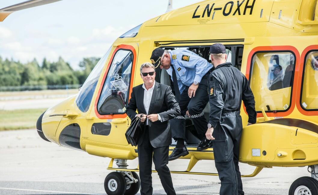 SIGNERING: Justisminister Per-Willy Amundsen under signeringen i høst. Tidligere i sommer ble det klart at Leonardo Helicopters er leverandøren av de tre nye politihelikoptrene.