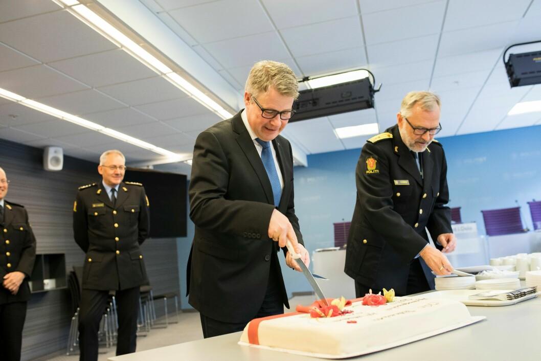Grunn til å spise kake? Justis- og beredskapsminister Per-Willy Amundsen skjærer seg et kakestykke når den nye operasjonssentralen i Oslo politidistrikt åpnes. Om tre år vil ha kunne skjære kake igjen, for Norges politidekning. Den ligger man i alle fall an til å nå på papiret.