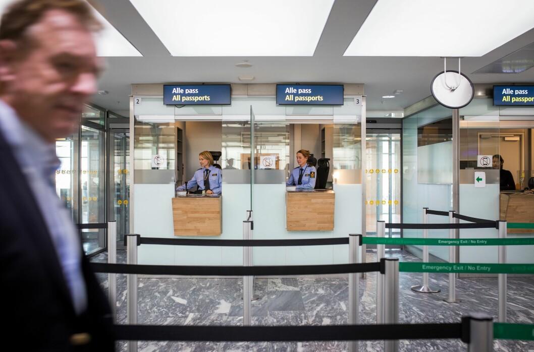Politi i passkontroll: Politifolk brukes blant annet til å utføre ren passkontroll i førstelinjen på Oslo lufthavn. Dette er et eksempel på at politikraft brukes til oppgaver som også kan løses av sivile.