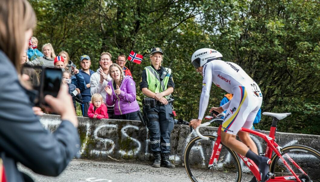 TETT PÅ: Politiet hadde de aller beste plassene da verdens beste syklister klatret opp Bergens stolthet, Fløyen.