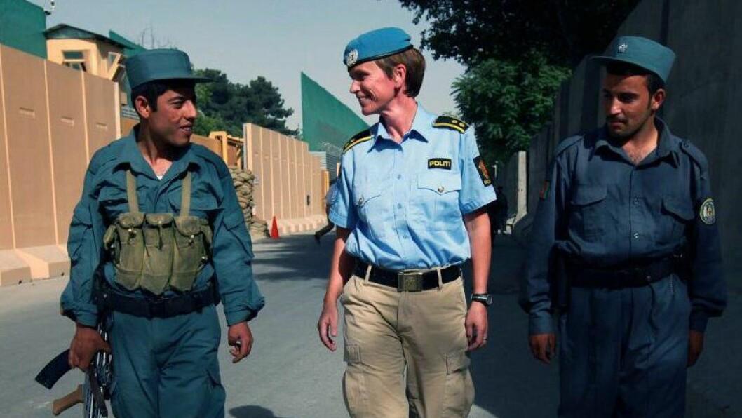 AFGHANISTAN: – Dette er fra mitt siste FN oppdrag i Afghanistan. Jeg liker dette bildet for det viser at en kvinne i kortermet uniform så gjerne kan tusle og snakke med to afghanske politivakter.