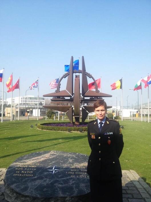 INTERNASJONAL: Ann-Kristin Kvilekval har erfaring fra en rekke land og oppdrag. Her er hun foran NATOs hovedkvarter i Brussel.