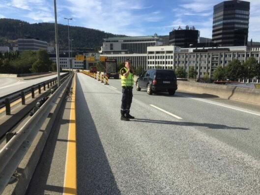 UANSVARLIG: Her fra trafikkposten på motorveibrua rett etter Fløyfjelltunnelen. Her var oppgaven til politiet å sluse inn busser, taxi og akkrediterte kjøretøy inn til sentrum og å lede all annen trafikk i høyre felt. Enkelte ble stående her alene i 7,5 time uten avløsning i tett trafikk, og Klemmetsen mener dette er uansvarlig.