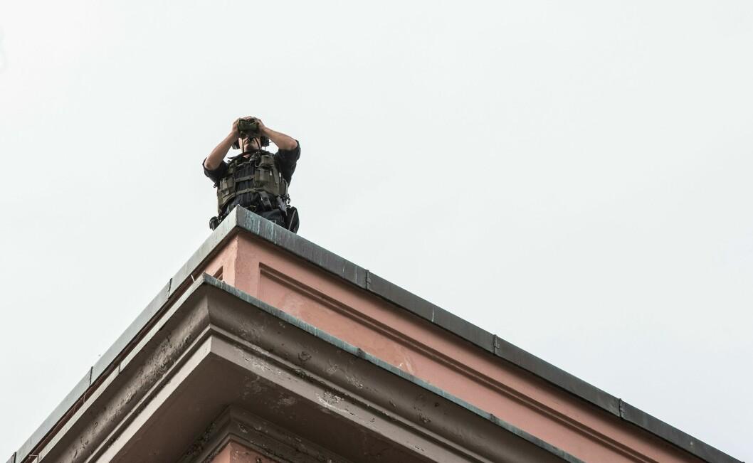 Politifolk holder utkikk på taket over Torgalmenningen under sykkel-VM.