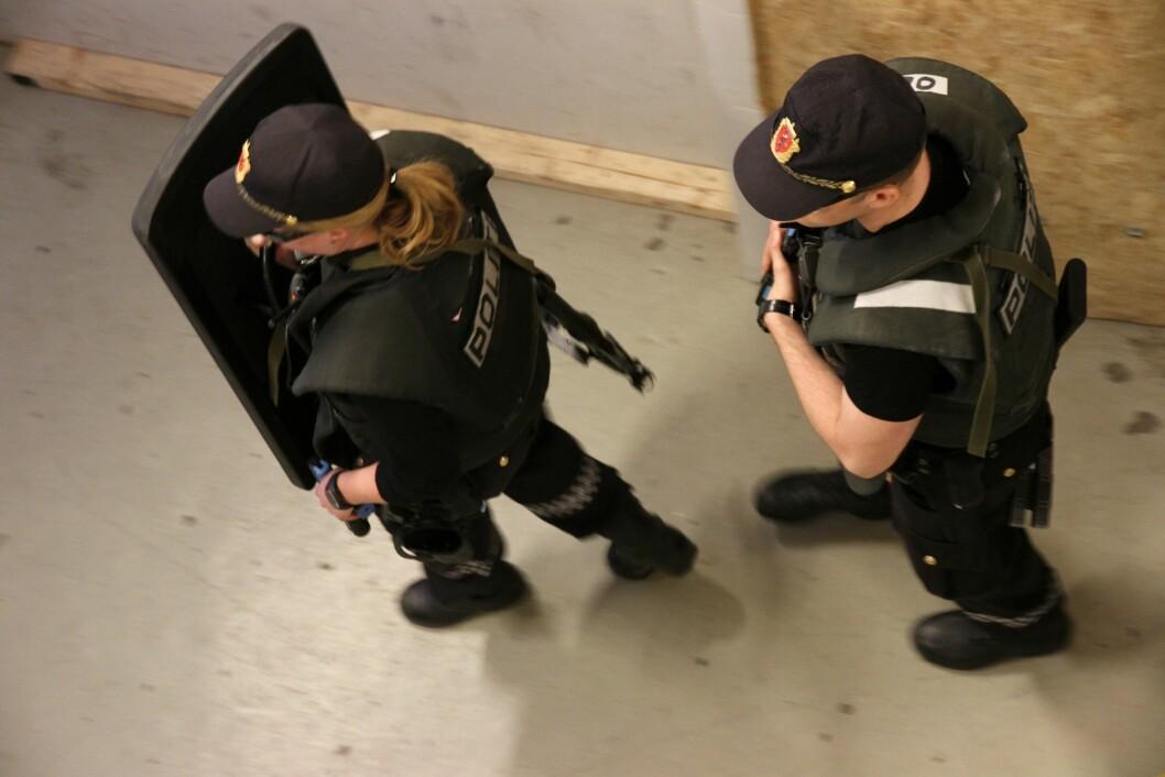 OPERATIV TRENING: Leder for PF-studentene frykter at mer teori kan gå på bekostning av de mer operative politifagene som IP-trening. Her har 3.årsstudentene B3 på PHS i Stavern operativ trening.