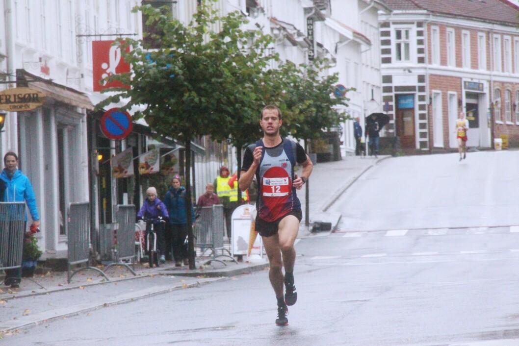 KREVENDE LØP:Totalt deltok 21 løpere i herreklassen i Risør, og nærmest hele løpet lå Stenberg samlet<br />med to andre - før han rykka avgårde.