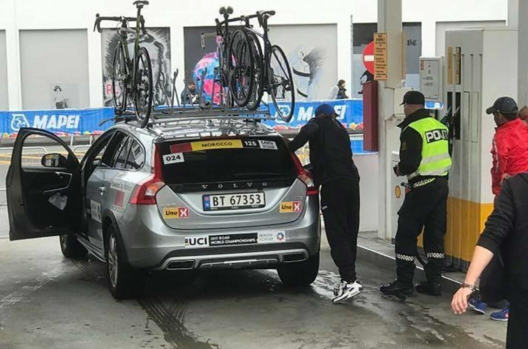 REDNINGEN: Politistudenten Marius stilte opp med bankkort og sørget for å betale drivstoff.