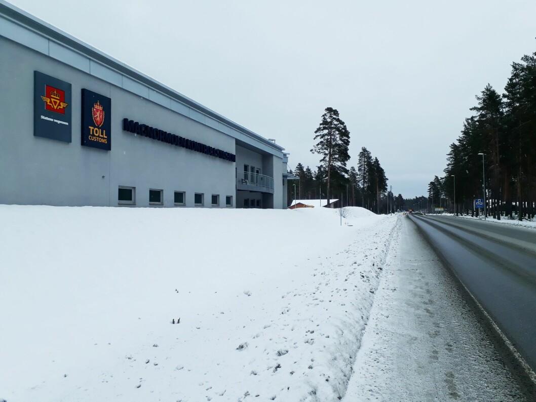 UNNGÅR: Med over 38 grenseoverganger mellom Norge og Sverige, forsøker smuglere å unngå politi og tollvesen ved å krysse grensen på lite trafikkerte grusveier, i stedet for å kjøre gjennom her ved kontrollstasjonen på Magnormoen i Eidskog kommune.