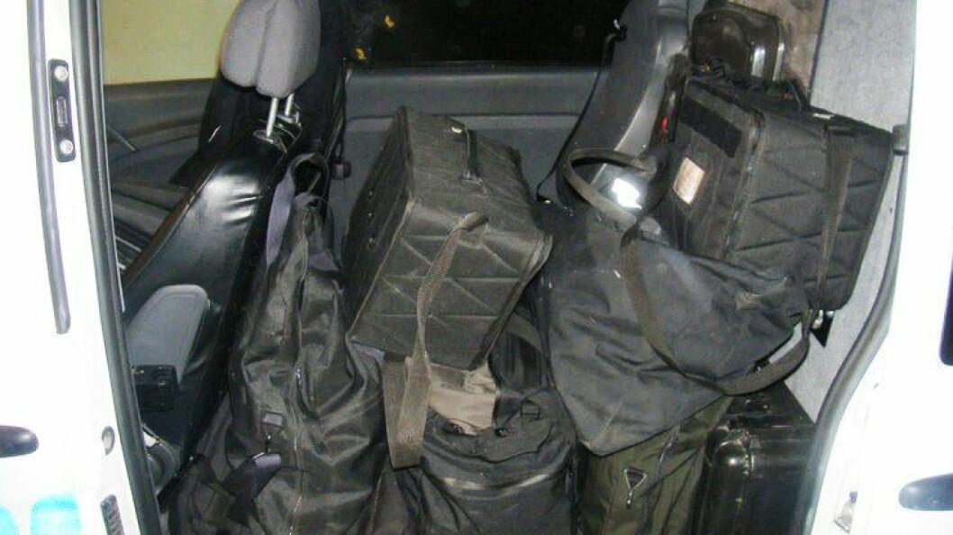 MYE UTSTYR: Slik kan det se ut når en fullastet politibil er på vei ut. Utstyr som for eksempel verktøy til å bryte seg inn under pågripelser eller ransakelser er noe av det som er med på å øke vekta. I tillegg har også hver tjenestemann med seg eget utstyr som våpen og TTV.