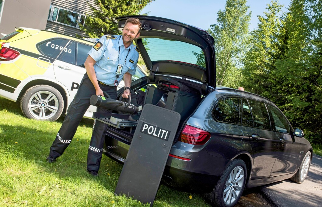 TUNGT LASTET: Enfornøyd seksjonsleder iPFT, Nils Erik Skulstad,putter utstyr i en prototypav en BMW patruljebil. Nåerkjenner han at det kanbli for mye av det gode,og at politibilen dermedkan få et vektproblem.
