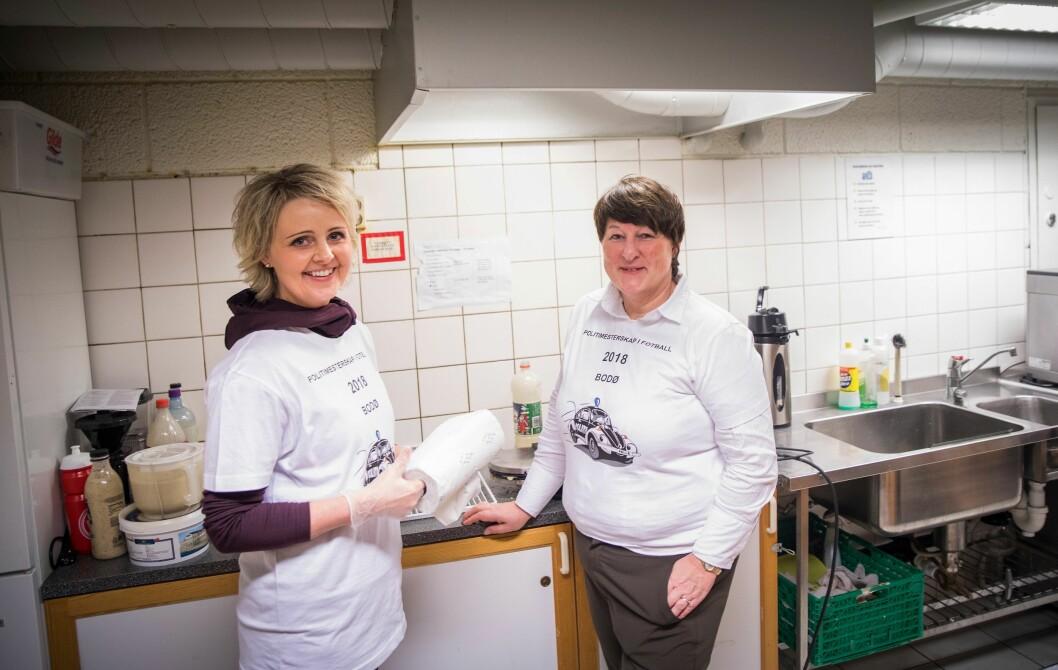 Visepolitimester Heidi Kløkstad og politimester Tone Vangen på kjøkkenet i kantina i Nordlandshallen.