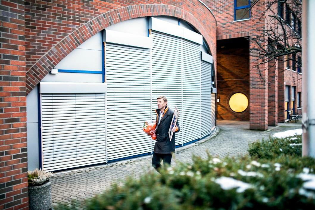 Asbjørn Rachlew med det synlige beviset på at han har vunnet Æresprisen, utenfor Majorstua politistasjone, der han har sin base.