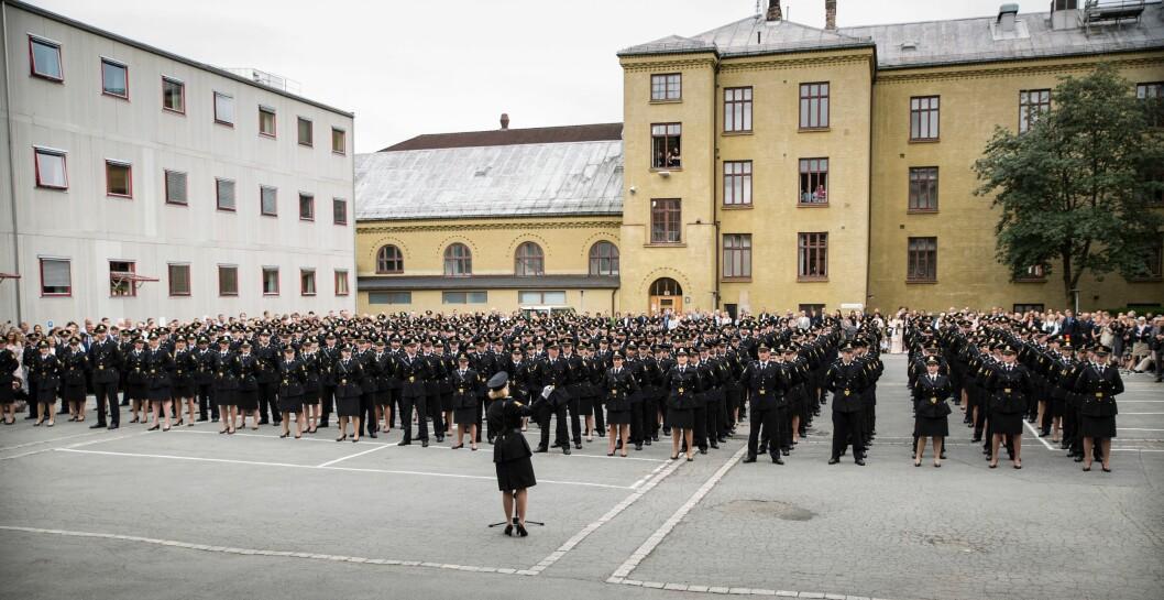 Politistudenter under oppstilling utenfor de eldre bygningene på Majorstua i Oslo