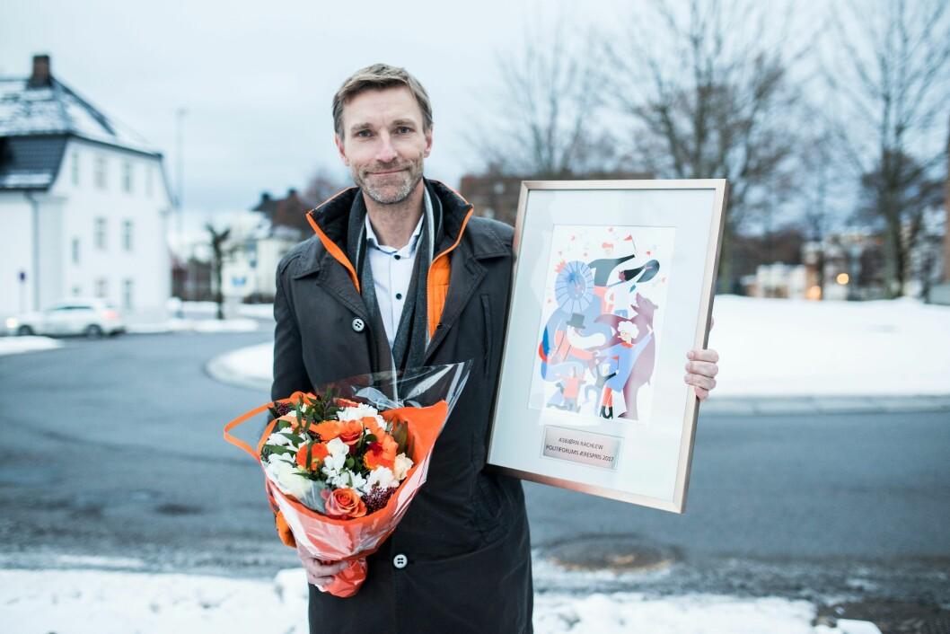 Asbjørn Rachlew med det synlige beviset på at han har vunnet Æresprisen.