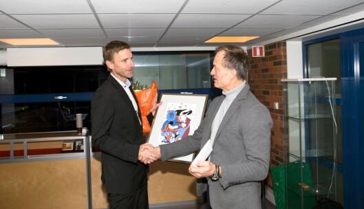 Politiforums redaktør overrekker prisen til Asbjørn Rachlew.