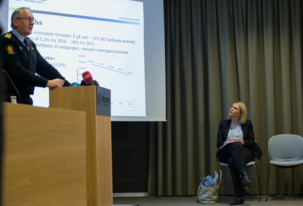 Lyttet til politidirektøren: Sylvi Listhaug lyttet til politidirektørens statsitikkprat, før hun selv inntok talerstolen.