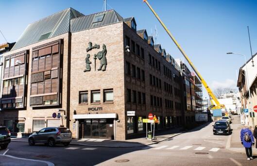 Hovedsetet til Sør-Øst politidistrikt ligger i Tønsberg. Det ble uro i distriktet da Tønsberg ble hovedsetet, etter at Politidirektoratet først anbefalte bygget og den samlokaliserte operasjonssentralen i Drammen.