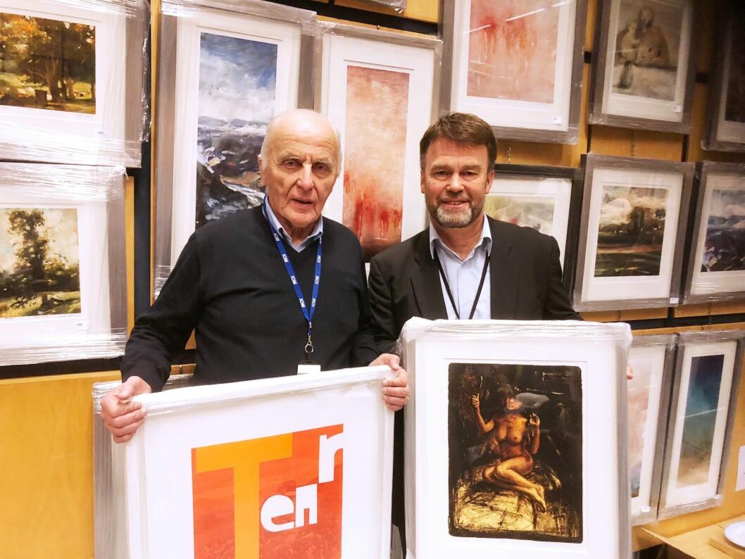 RAMME ALVOR: Harald Nordmann og kunstforeningens leder, Hallvard Erstad med det Normann tok med seg hjem etter jubileumsmarkeringen for Oslo-politiets kunstforening før jul.