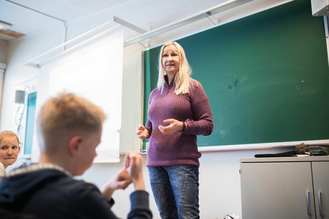 LIVETS LÆRE: Helle Hansen pensjonerte seg som 58-åring, og jobber nå blant annet som vikarlærer. Hun frykter for særaldersgrensens framtid. – Jeg møtte nylig en tidligere kollega, og da snakket vi om særaldersgrensen. «Det blir vel ikke aktuelt for meg», sa kollegaen min, som er 35 år.