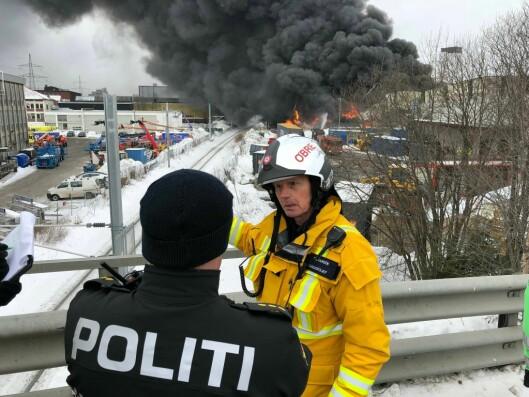 Politi og brannvesen er på stedet. Her brigadesjef Trond Hansen, som leder brannvesenets innsats.