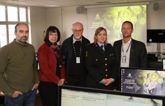 Katrin Franke, nummer to fra venstre, har blant annet trent opp norsk politi på det mørke nettet og kryptovaluta. Her sammen med Kristin Kvigne, Trygve Aandstad og andre representanter fra norsk politi.