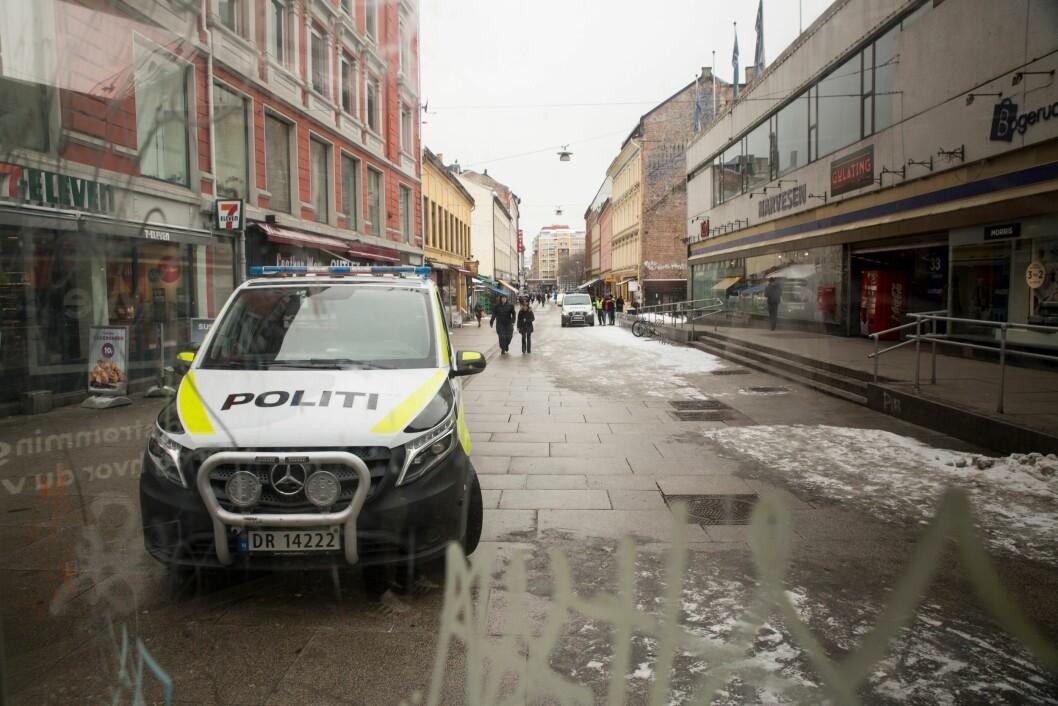 To politibiler patruljerer i Brugata i februar. De siste ukene har politibiler vært til stede store deler av tiden.