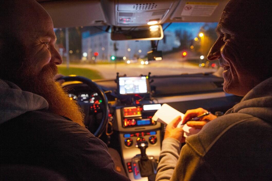 MOBILT KONTOR: Trond og Kenneth tilbringer utallige timer sammen i bilen, og det trives de med. Nå er de i gang med sin andre toårsperiode i UP.