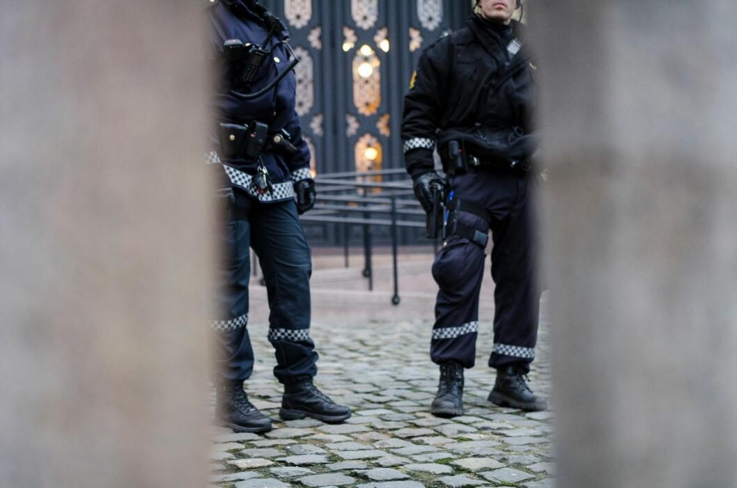 Slik så det ut da bevæpnet politi hadde vakthold foran Stortinget i 2014. Dette kan bli et vanlig syn dersom politikerne vedtar punktbevæpning.