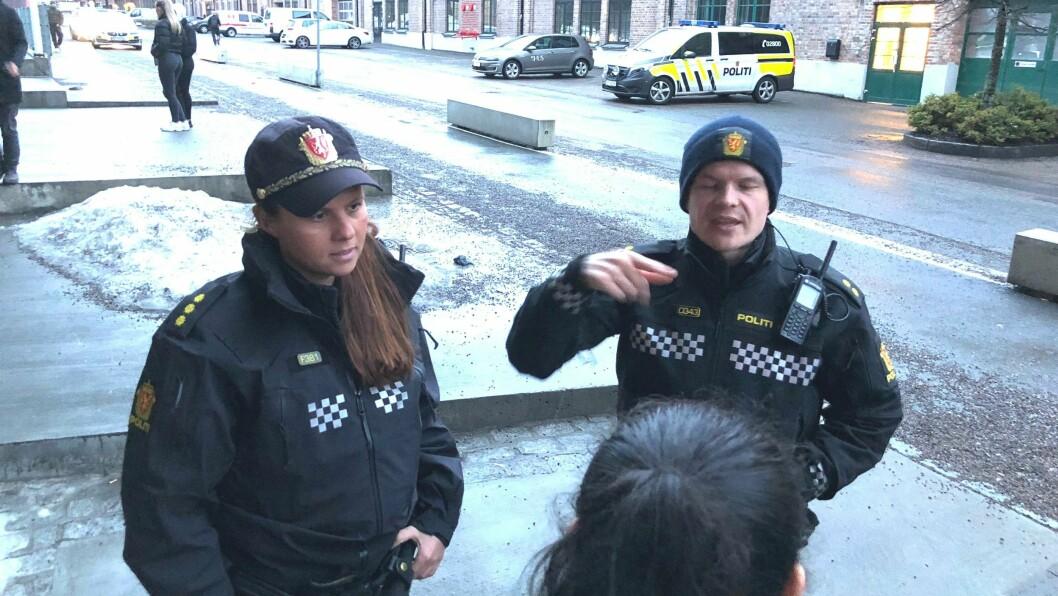 Forebyggerne i Oslo politidistrikt, med forfatter Hanne Blekkan til venstre, i dialog med ungdommer.