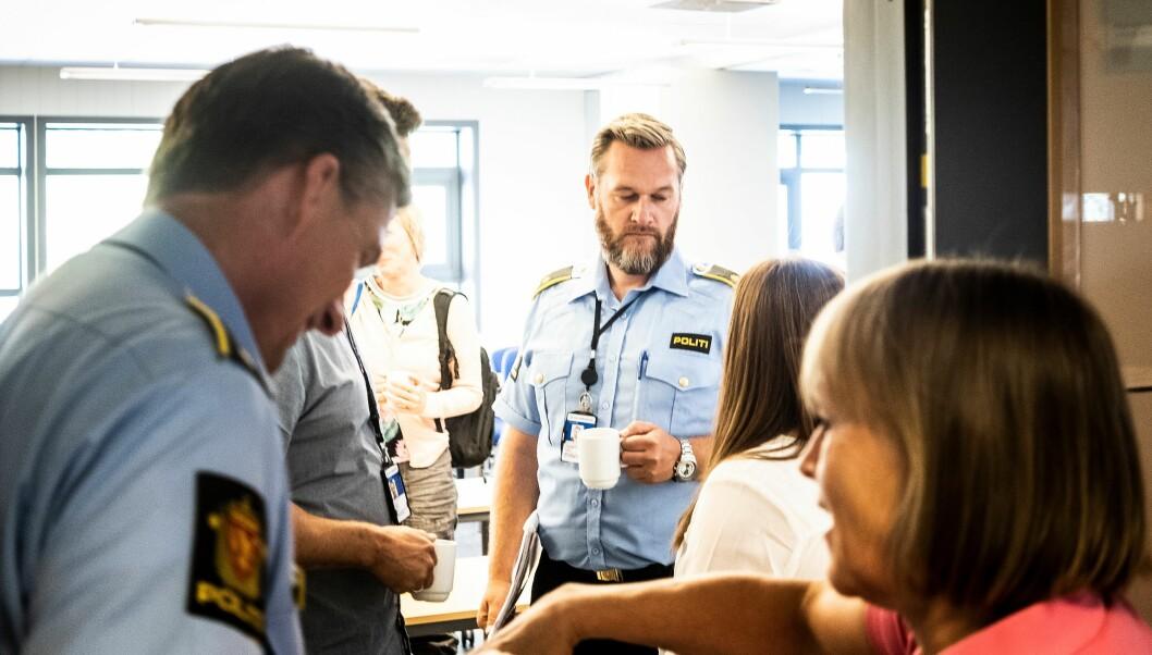 De ansatte ved Politihøgskolen på Kongsvinger på vei inn i møte med ledelsen ved skolen. Frode Gundersen er politioverbetjent og tillitsvalgt på Kongsvinger. Han er kritisk til den korte tiden de ansatte som mister dagens jobb får på seg.